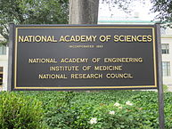 « National Academy of Sciences, Washington, D.C. 01 - 2012 » par Another Believer — Travail personnel. Sous licence CC BY-SA 3.0 via Wikimedia Commons - http://commons.wikimedia.org/wiki/File:National_Academy_of_Sciences,_Washington,_D.C._01_-_2012.